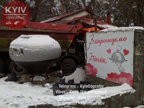 На Київщині внаслідок ДТП вантажівка протаранила ресторан