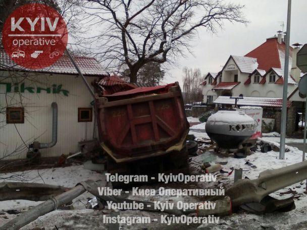 На Киевщине в результате ДТП грузовик протаранил ресторан