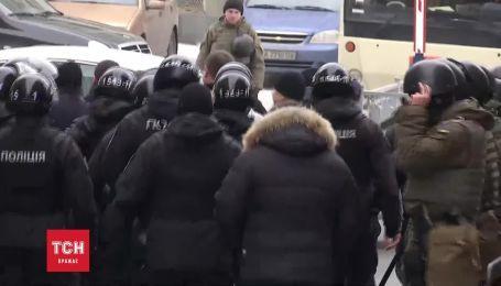 """Труханову влаштували """"коридор ганьби"""" на виході з суду"""