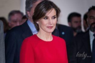 В ярком платье и с небрежной прической: новый выход королевы Летиции