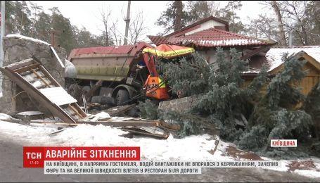Возле Киева КамАЗ столкнулся с фурой и въехал в ресторан