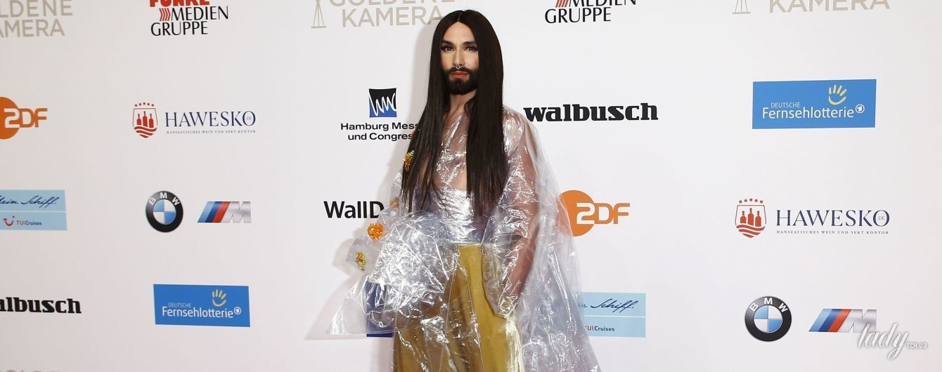 В пластиковом плаще и золотых брюках-палаццо: Кончита Вурст в экстравагантном образе позировала на красной дорожке