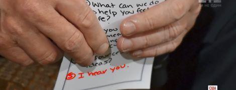 Подсказки Трампа: президент США оскандалился с записной книжкой во время встречи с родными жертв трагедии во Флориде