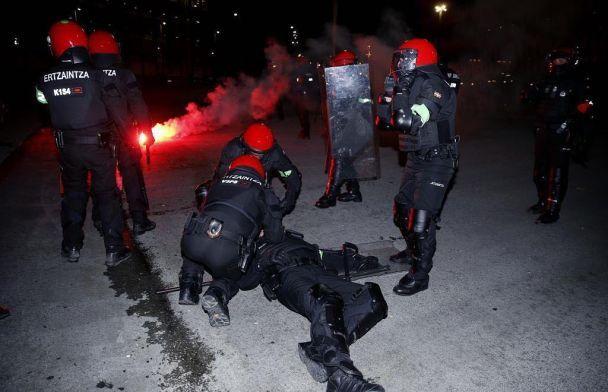 Під час сутичок російських та іспанських футбольних фанатів убили поліцейського