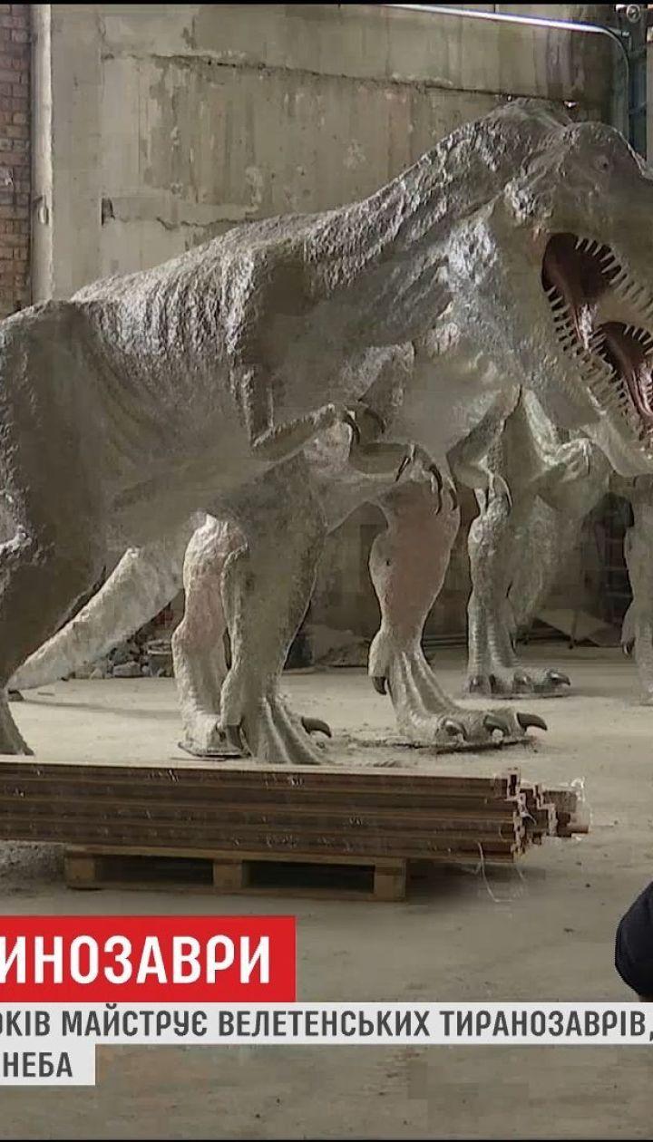 Житель Коломиї 5 років майструє тиранозаврів, аби створити динопарк