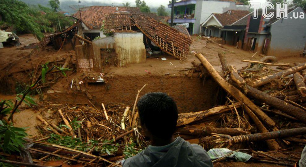 В Индонезии произошел мощный оползень - погибли люди