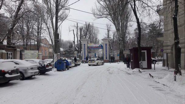 В Одессе около 70 человек захватили санаторий с тяжело больными пациентами