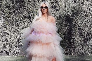В пышном розовом платье: Ким Кардашьян поделилась необычным снимком