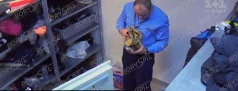 """Аэропорт """"Борисполь"""" выложил видео, где его работники роются в чужих вещах"""