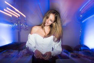 В блузке с обнаженными плечами: Катя Осадчая продемонстрировала женственный образ