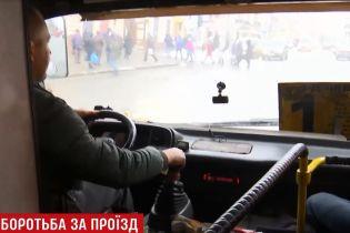 """""""Я вас покладу, атошники"""": водій маршрутки викинув із автобуса ветерана в Чернівцях"""