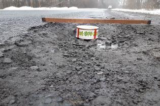 Тортом по ямам: на Харьковщине водители изобрели оригинальный способ привлечь внимание к разбитой дороге