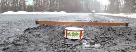 Тортом по ямам: на Харківщині водії винайшли оригінальний спосіб привернути увагу до розбитої дороги