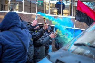 В Одесі активісти облили червоною фарбою та закидали фаєрами консульство РФ