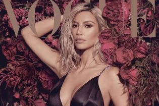 Без бюстгальтера и в эффектных нарядах: Ким Кардашьян на страницах глянца