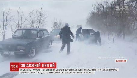 Заметенные дороги и отмененные рейсы: Украина страдает от непогоды