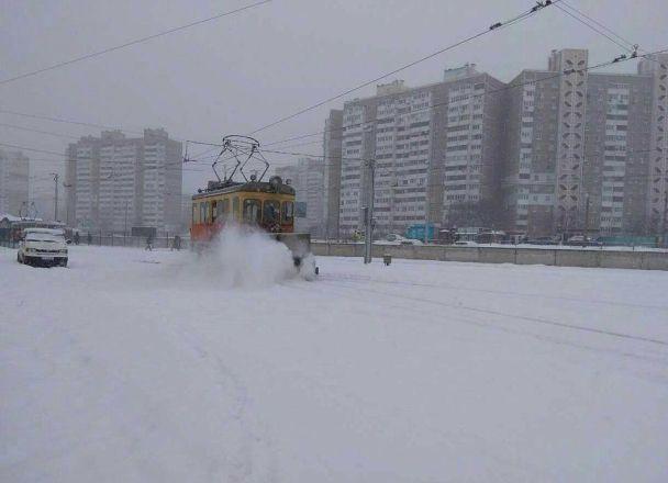 Заметенные снегом дороги и обмороженные ноги. Как Украина пережила первые сутки непогоды