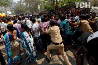 Хаос на вулицях Мумбаї: в Індії величезний натовп людей прощається із Шрідеві