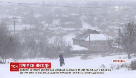 Перекриті траси та порятунок породіль: що відомо про наслідки негоди в Україні