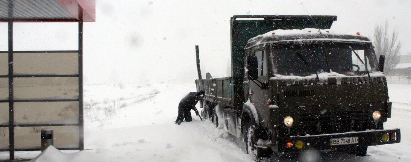 Хуртовини замели Україну: південь і схід відкопуються від снігу, в'їзди до Києва - в заторах