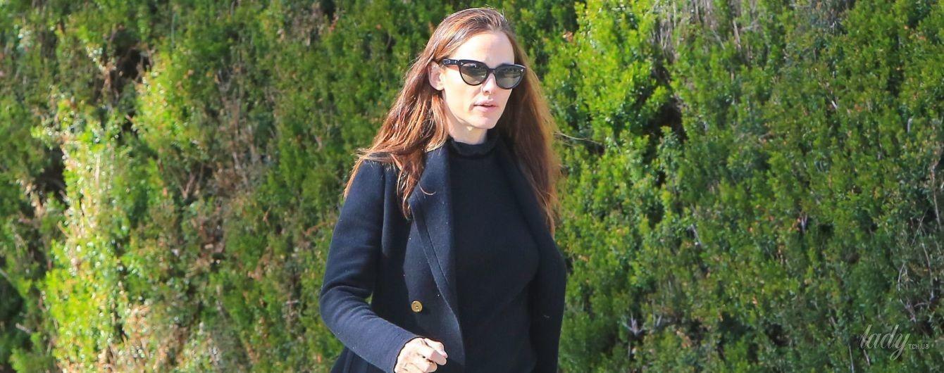 На шпильках, но с растрепанными волосами: Дженнифер Гарнер на улицах Лос-Анджелеса