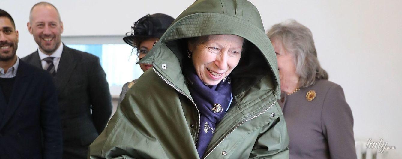 В забавном пальто и пестрой юбке: дочь королевы Елизаветы II - принцесса Анна, на модном мероприятии