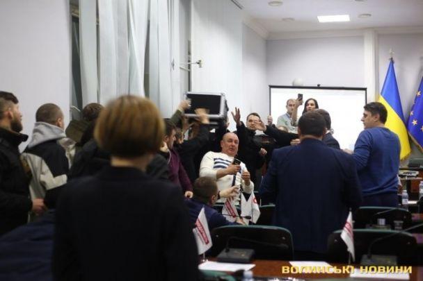 У Луцьку побилися депутати: розглядали земельне питання