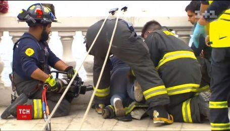 В Чили спасатели вытащили ребенка, головой застряла в бетонном заборе