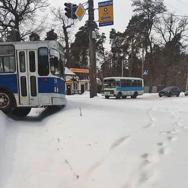 У Черкасах тролейбус через ожеледицю вилетів із дороги