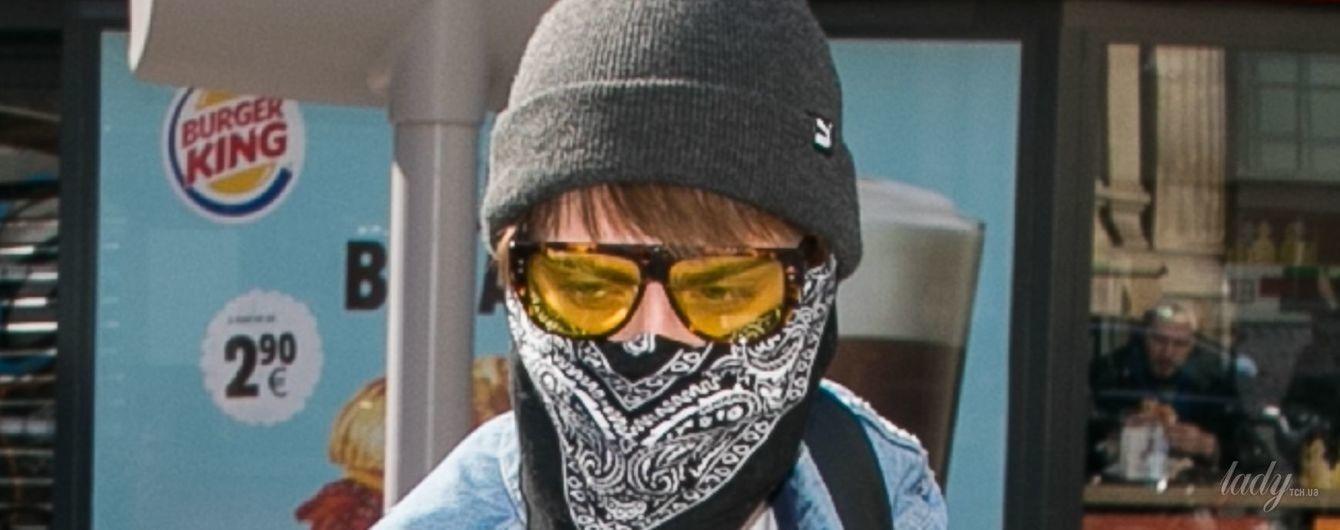 С банданой на лице и ярких очках: как Кара Делевинь прячется от папарацци