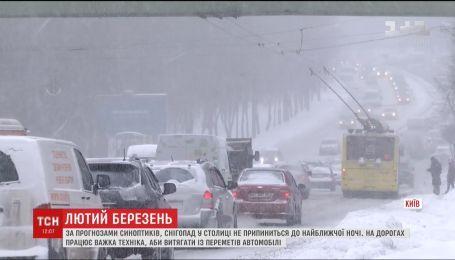 Киев полностью остановился в пробках из-за сильного снегопада