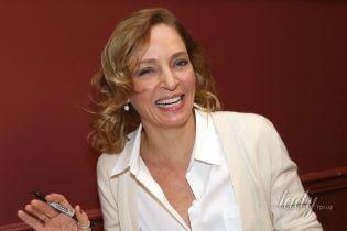 В юбке миди и белой блузке: Ума Турман в сдержанном образе побывала в итальянском ресторане