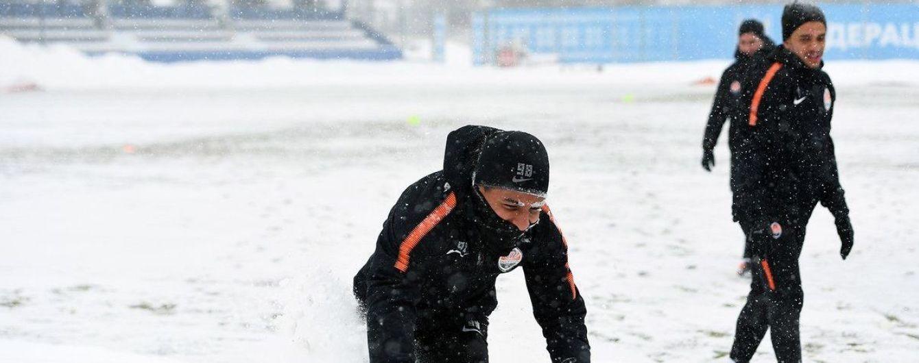 """Футболисты """"Шахтера"""" в прекрасном настроении """"искупались"""" в мартовских сугробах на тренировке"""