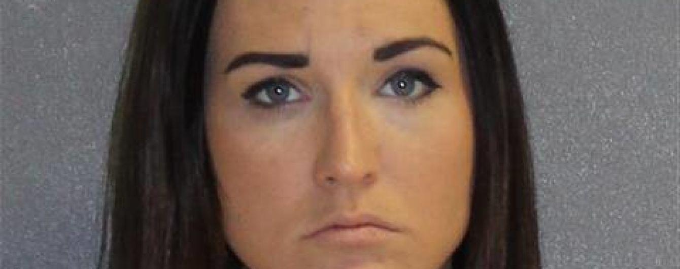 У США заарештували вчительку, яка купувала наркотики та надсилала оголені фотографії підлітку