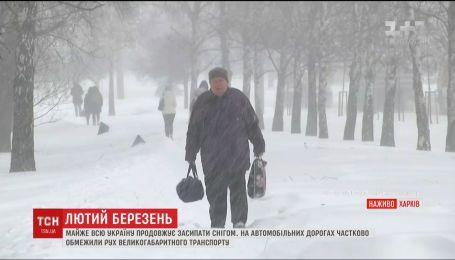 Лютый март: половину Украины продолжает засыпать снегом