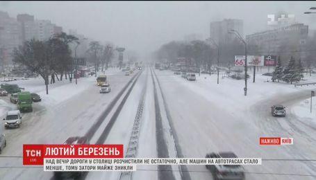 Дворники не успевают убирать сугробы снега в Киеве