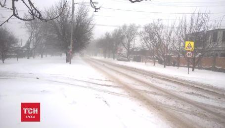 В Криму потужний снігопад залишив три десятки населених пунктів без світла