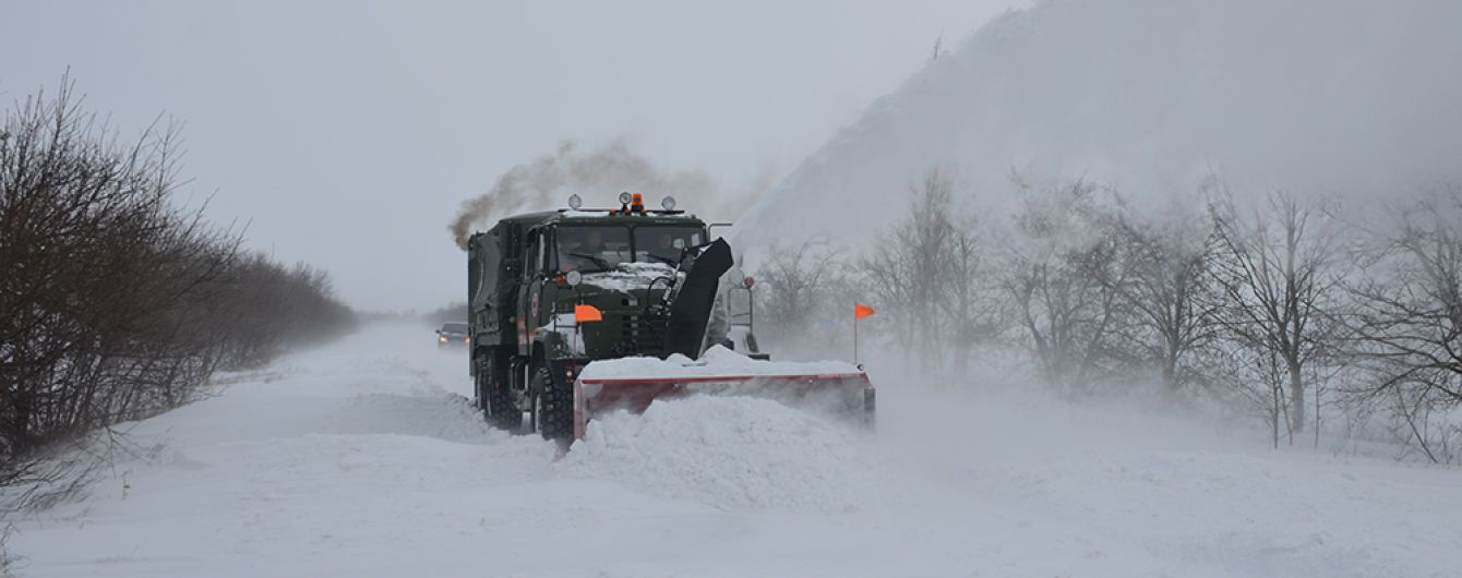 Засипані снігом. Якими дорогами в Україні краще не їхати через негоду