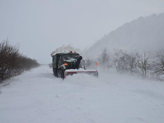 Через негоду в Україні залишаються без світла майже 130 сіл і міст, а дороги завалені кучугурами снігу