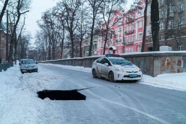 У центрі Дніпра посеред проїжджої частини раптово обвалився асфальт