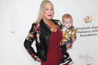 В комбинезоне с глубоким декольте: Тори Спеллинг вышла в свет с 7-месячным сыном на руках