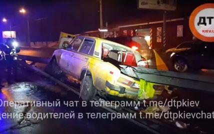 Моторошна ДТП в Києві: відбійник наскрізь пробив легковик