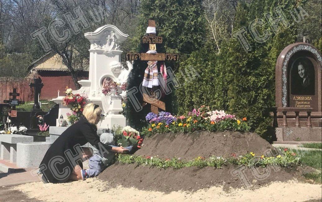 Максакова привела сына на могилу отца / ©
