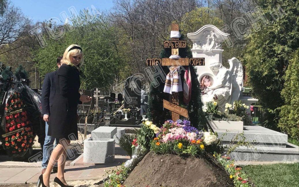 Максакова привела сына на могилу отца / © ТСН.ua