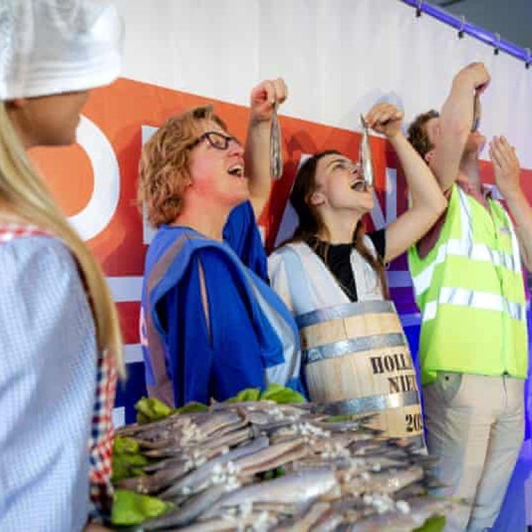 Деликатес за вакцинацию: в Нидерландах поощряют к прививкам селедкой