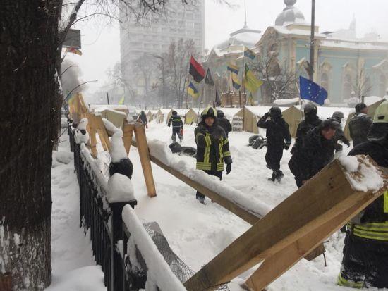 Шестеро активістів та четверо поліцейських постраждали в сутичках під Радою
