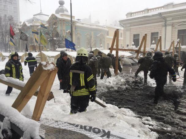 Під Радою відбулися сутички між поліцією та протестувальниками: є поранені та затримані