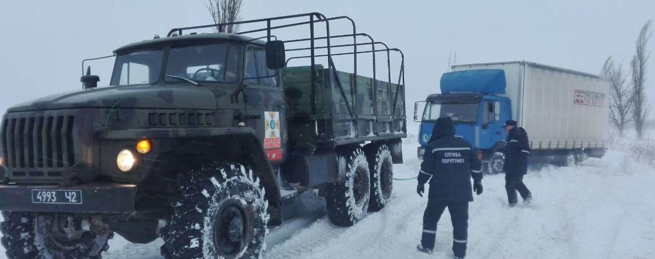 Атака снігової негоди: знеструмлені десятки населених пунктів та обмежений рух автодорогами