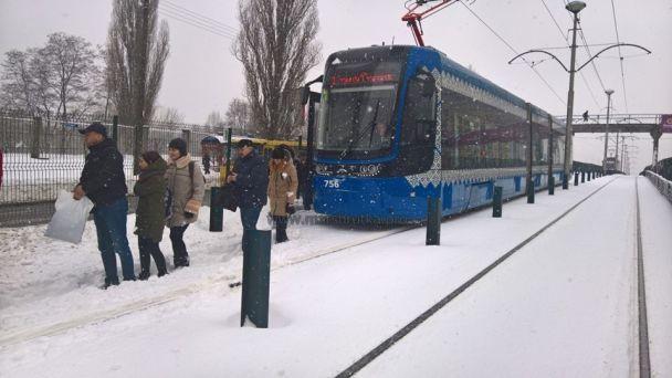У Києві на Борщагівці зіткнулися маршрутка, таксі і вантажівка: рух трамваїв та авто паралізовано