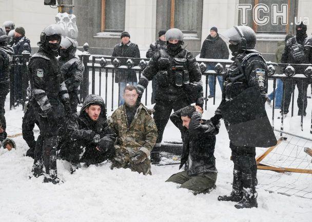 Протестувальники на колінах та заплакані жінки. Як відбувався демонтаж наметового містечка біля Ради
